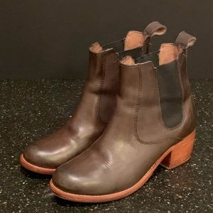 Surround Sharon Hi Chelsea Chevron Boot. Size 7
